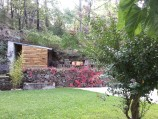 Het terras bij het houthok in herfstkleuren.