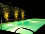 Het zwembad in de avond.