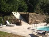 Het zwembad met de trap naar het bovenste terras.