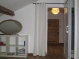 Doorkijkje bovenverdieping. Deze ruimte heeft een twijfelaar. Hier is ook de badkamer aanwezig met een douche en een toilet.